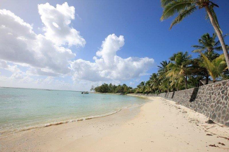 PIEDS DANS L'EAU, TRÈS BELLE VILLA AU TOIT DE CHAUME, Ferienwohnung in Mauritius