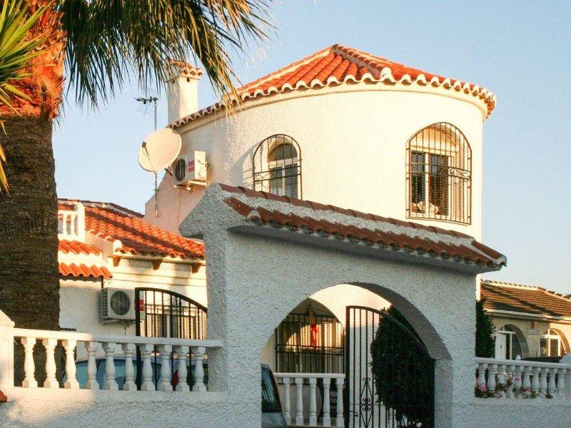 Très belle villa avec piscine et terrasses, située à 500m de la plage (8 pers.), holiday rental in Los Alcazares