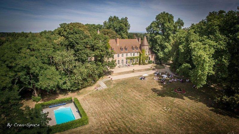 Ravissant château de famille avec piscine et vue sur les bois et l'étang, location de vacances à Thiel-sur-Acolin