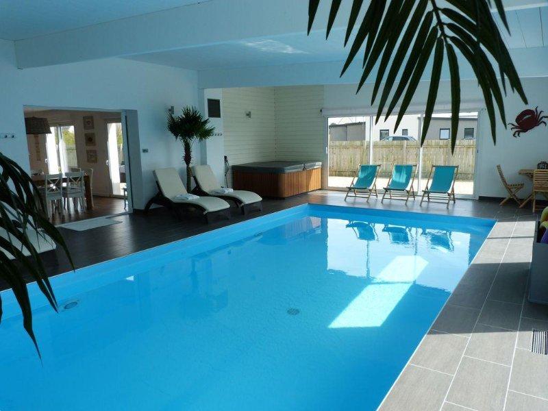 Villa de haut standing : piscine intérieure privée et Jacuzzi à 80 m de la mer, vakantiewoning in Finistere