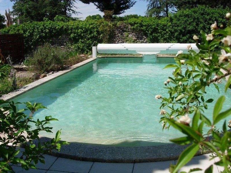 Jolie villa calme avec belle piscine et jardin à Uzès, holiday rental in Arpaillargues