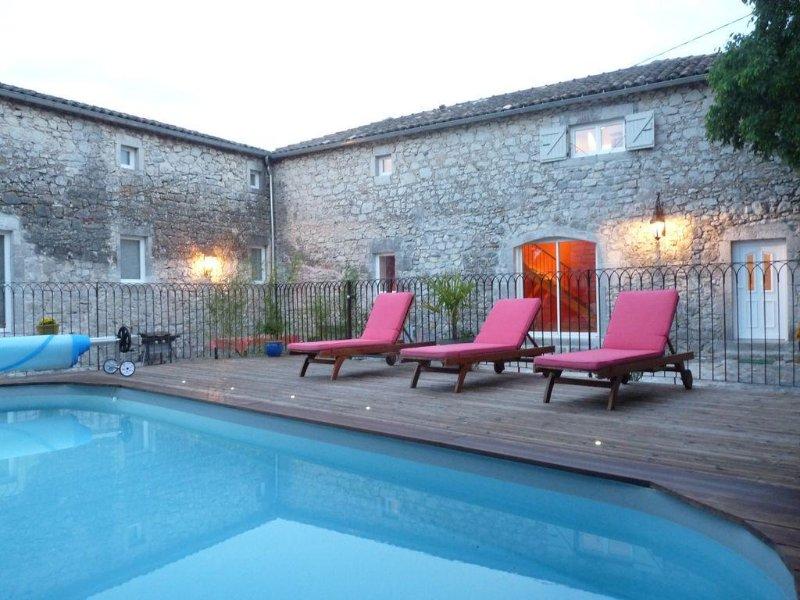 Belle propriété au calme à 300 mètres de la rivière- Piscine chauffée 8x4, location de vacances à Chauzon