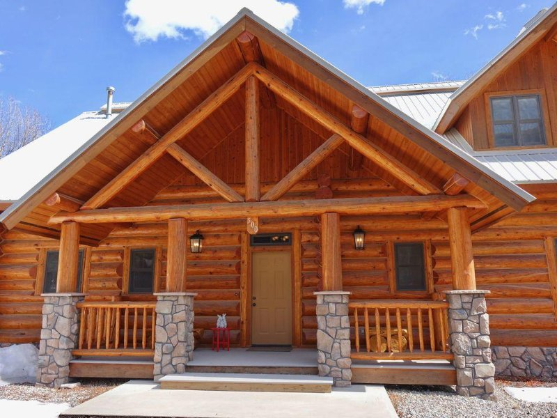 RITZ ON THE RIVER--A GORGEOUS LOG CABIN IN THE HEART OF TOWN, holiday rental in Lake City