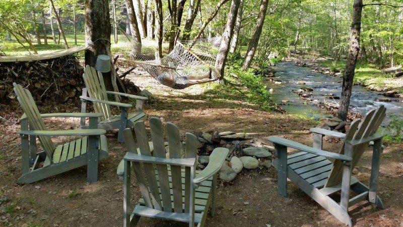 Clean, Comfortable Cabin on Rushing Creek w/ Private Swim Pond, aluguéis de temporada em Hayesville