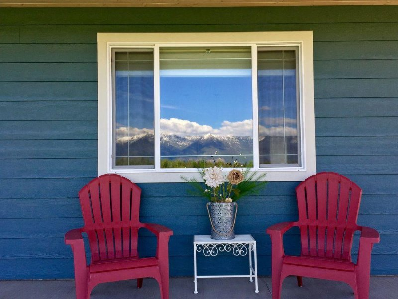 Home with Beautiful Mountain Views, Minutes to Glacier, Area Lakes, and Skiing, location de vacances à Kalispell