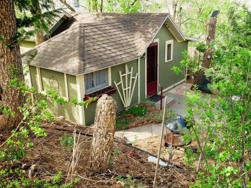 Cozy Garden Retreat Cottage In The Heart Of Downtown Manitou Springs, vacation rental in Manitou Springs