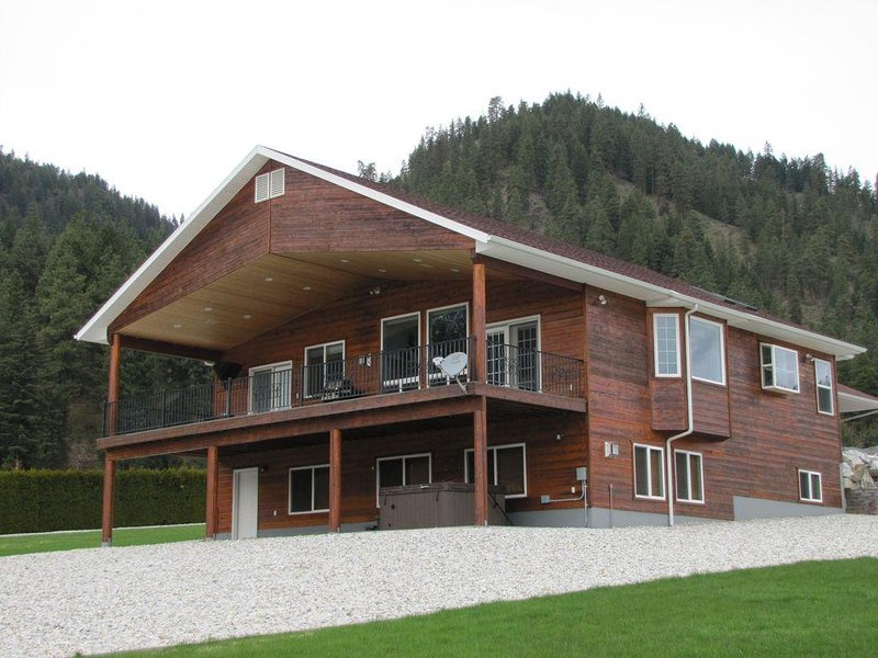 Beautiful mountain views, a hot tub, and air conditioning!, holiday rental in Leavenworth