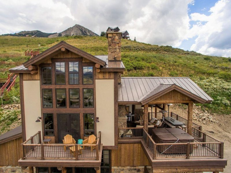 Great time to BOOK this home, hot tub, deck w/ fireplace, workspace,1blk to ski, alquiler de vacaciones en Crested Butte