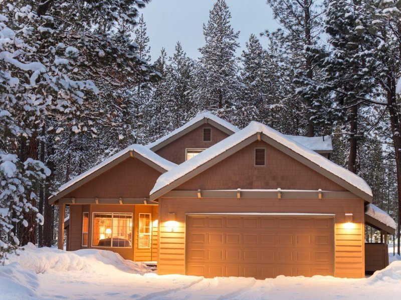Free Nights! / Exceptional 6 BR Home Near Village / Hot Tub / SHARC / Wi Fi, vacation rental in Sunriver