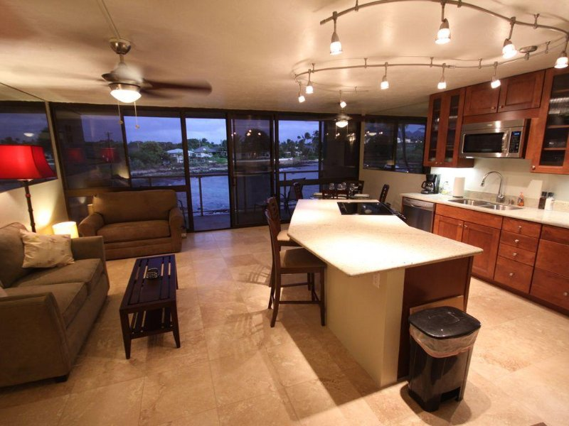 Remodeled Ocean Front Condo with AC, Watch Sea Turtles from Our Lanai, Ferienwohnung in Koloa