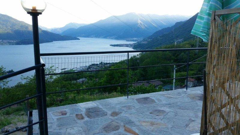 Appartamento favolosa vista lago, punto d'appoggio ideale per escursioni, holiday rental in Sorico