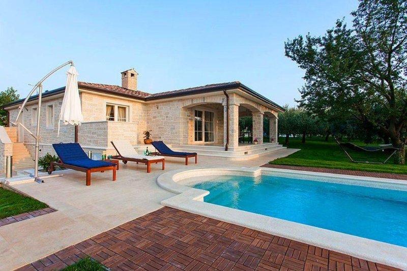 Elegante Natursteinvilla mit großem Pool, Whirlpool und gepflegtem Garten, alquiler vacacional en Tar-Vabriga