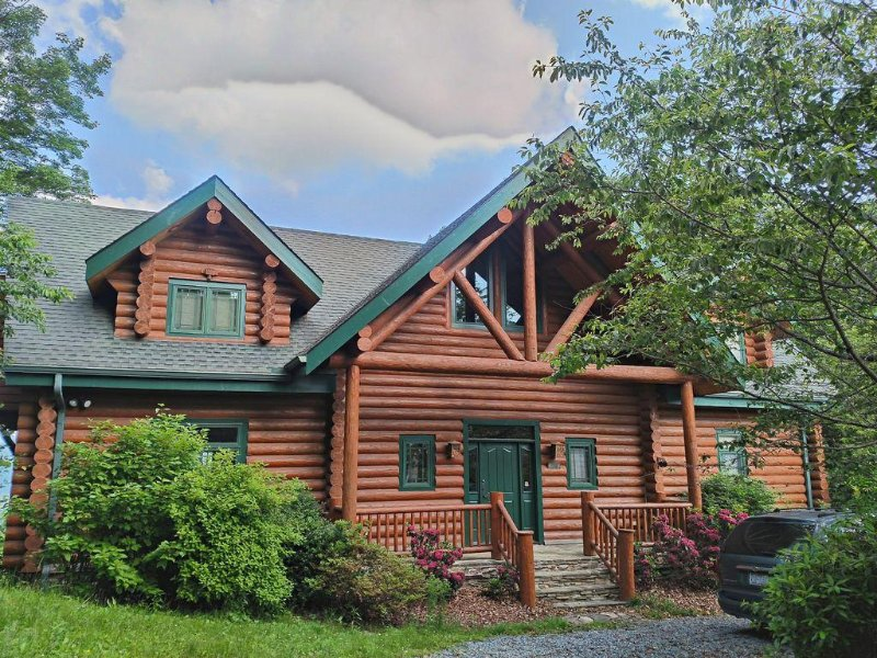 Great curb appeal for this lovely log home