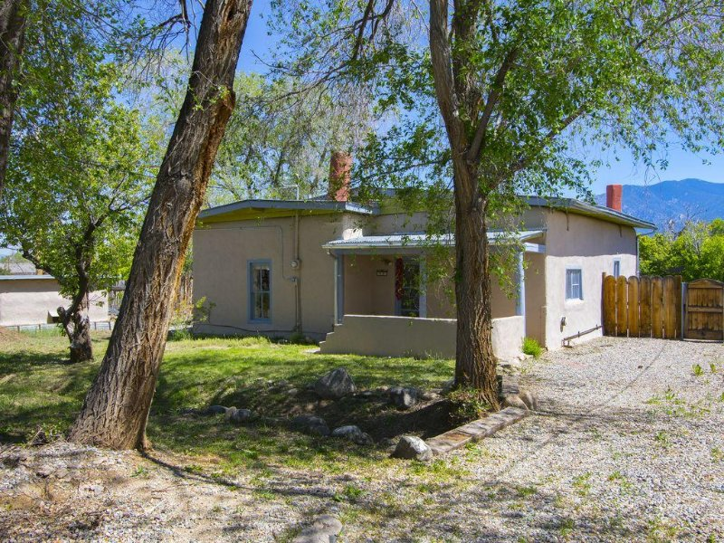 Historic Adobe Casitas Close To Downtown/plaza With Mountain Views And Hot Tub, holiday rental in Penasco