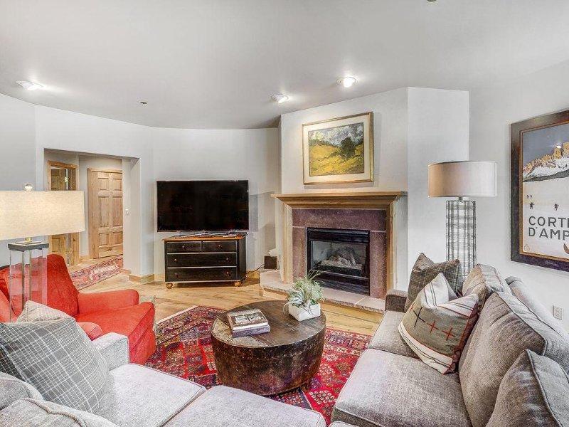 Spacious Condo with Easy Slope Access, Located in Exclusive Arrowhead Village, location de vacances à Edwards