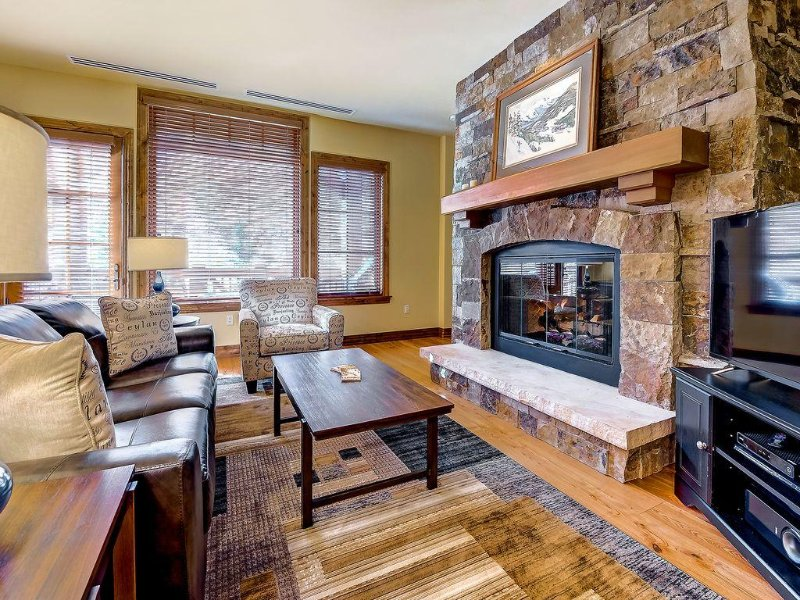 Luxury, Ski-in/out Beaver Creek Landing Condo with Pool, Hot Tubs, Fire Pit – semesterbostad i Avon