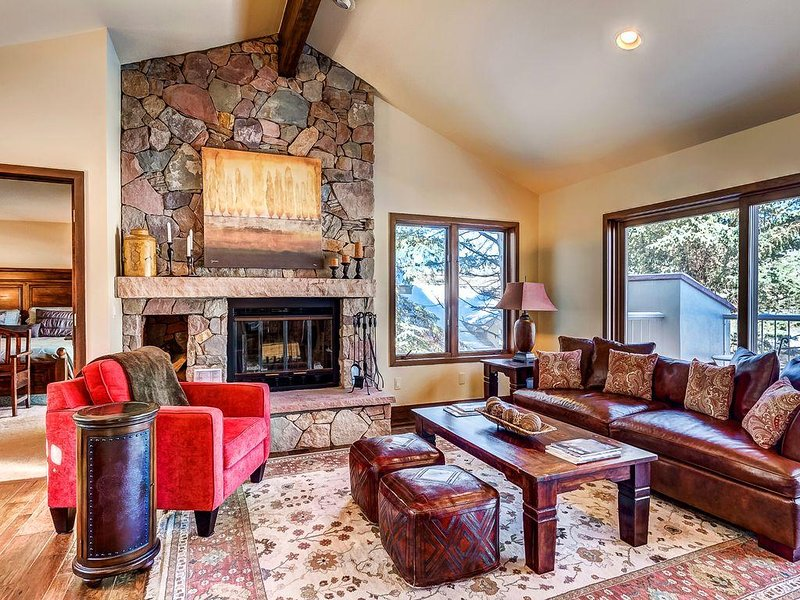 Spacious, Luxury Arrowhead Home, with Sweeping Views of the Golf Course, holiday rental in Wolcott