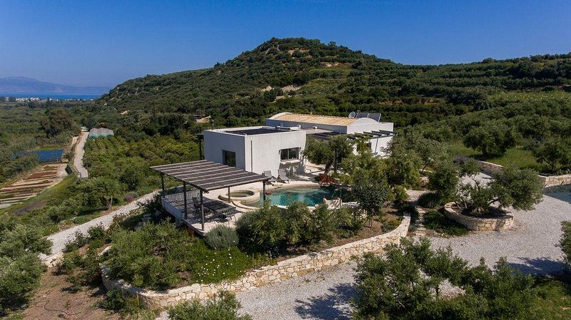 Private Villa and swimming pool with panoramic views, close to sea & amenities, holiday rental in Platanias