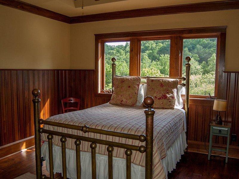 Upstairs Bedroom 3 - Queen Size Bed