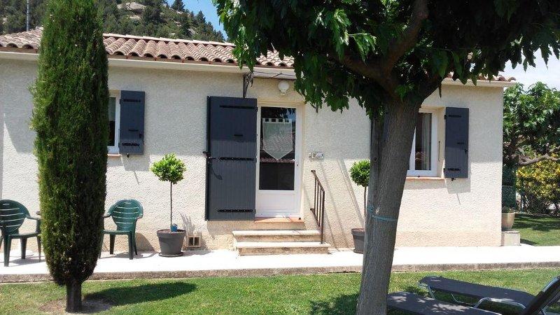 Detached house with enclosed garden / trees + parking., location de vacances à Eyguières