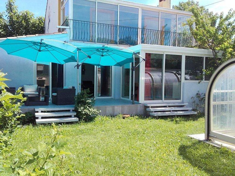 Villa indépendante avec jardin et piscine couverte quartier proche centre ville, location de vacances à Brignoles