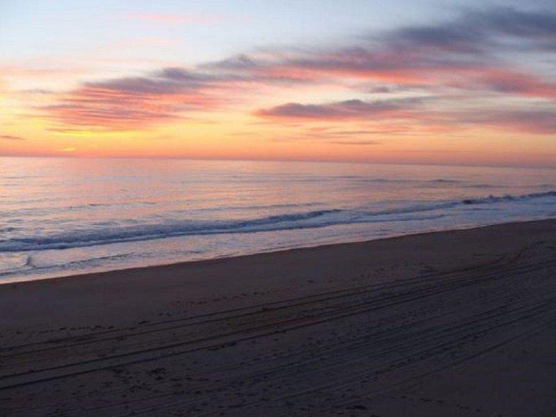 Fresh, Clean, Oceanfront Beach Condo At OBX 2 Bedroom, 2 Bath, location de vacances à Nags Head