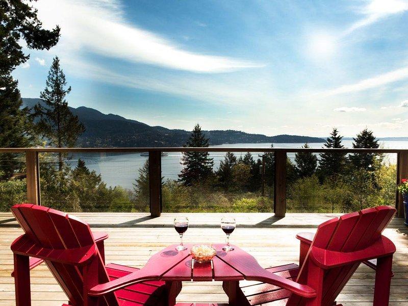 Waterviews~Private~Fireplace~Huge Cedar Deck~Cozy Cabin~Walk to Ferry, holiday rental in Britannia Beach