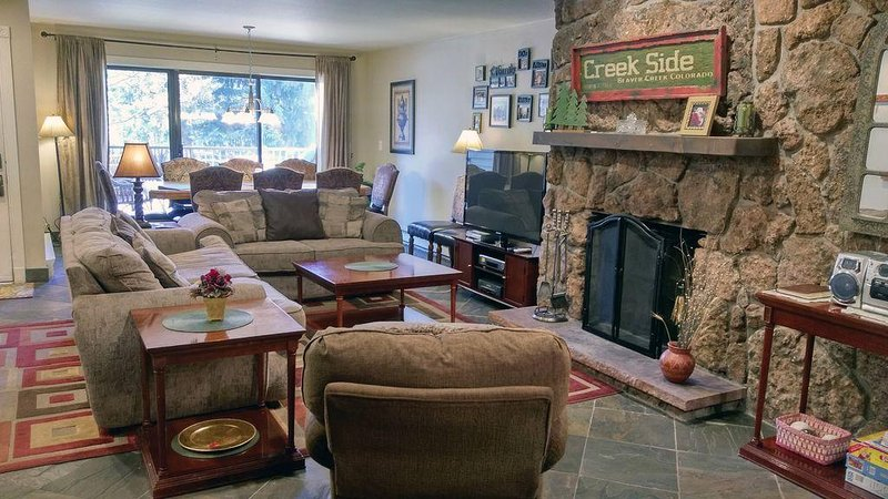 Remodeled Condo w/ FREE WiFi, Parking, Heated Pool, Hot Tubs, Skier Shuttle, location de vacances à Avon