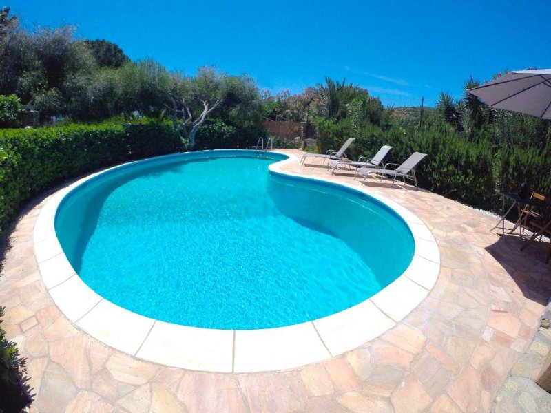 Charming VILLA with POOL and GARDEN INDEPENDENT 2 minutes from the beach, location de vacances à Solanas