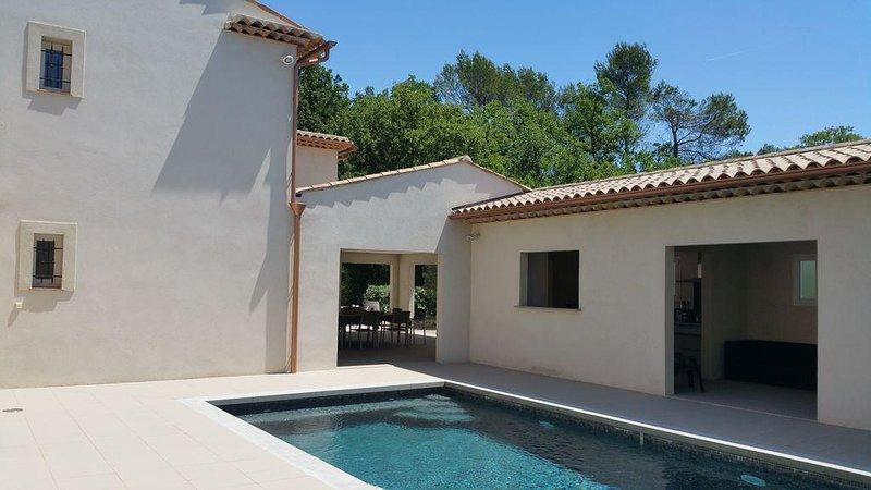 Villa avec piscine, calme et proche centre ville à proximité de Grasse et Cannes, aluguéis de temporada em Peymeinade