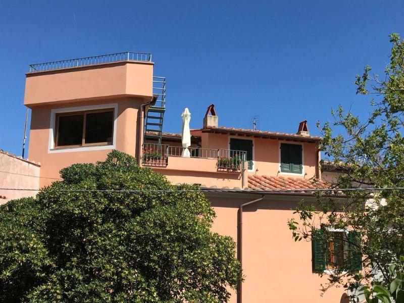 POGGIO, ampio appartamento in un borgo fermo nel tempo tra mare e monti, holiday rental in Marciana