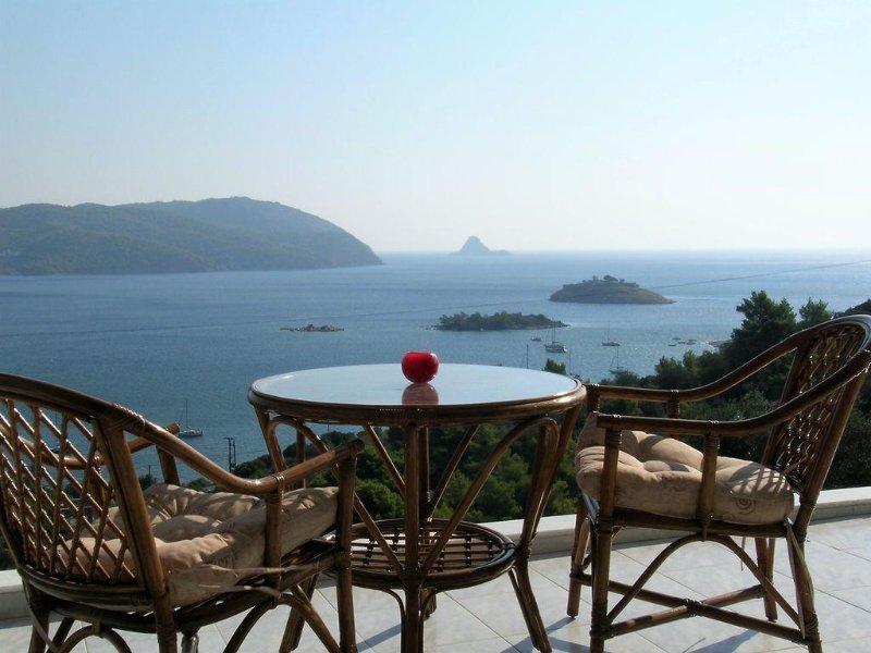 Experience Authentic Greece with two international local hosts!, aluguéis de temporada em Galatas