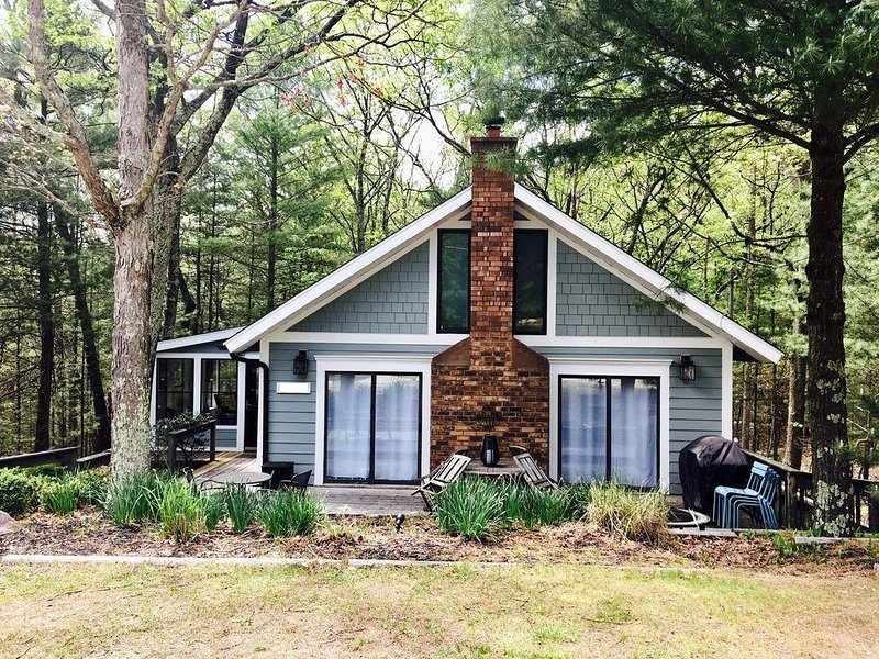 Charming Pentwater Cottage with Association Pool and Shared Lake Michigan Beach, location de vacances à Oceana County