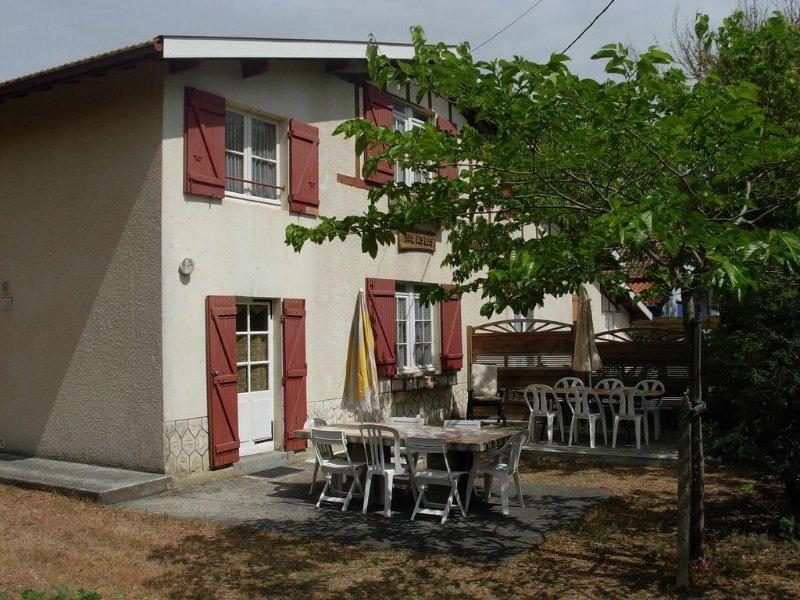 Location pour 8 à 9 per. à 200 m de l'océan, 900 m centre-ville, holiday rental in Soulac-sur-Mer