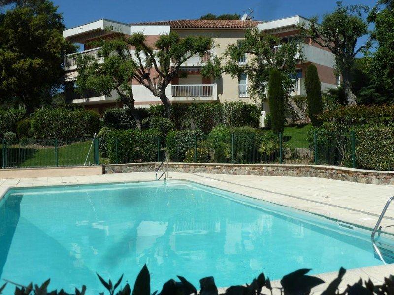 Très lumineux à Valescure, piscine, vue imprenable golf, proche mer et Estérel, vacation rental in Saint-Raphael