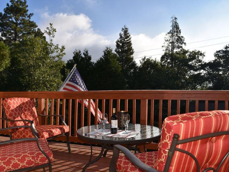 Lake Arrowhead Holiday Hideaway, 2 Blocks From The Lake, vacation rental in Lake Arrowhead