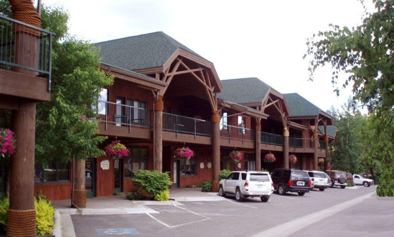 Beautiful 1-Bedroom Condo on the Swan River in Downtown Bigfork, location de vacances à Somers