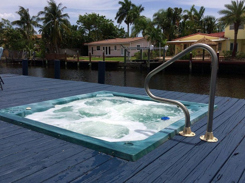 The Sea Shack- waterfront hot tub (relax hot or cold!), holiday rental in Wilton Manors