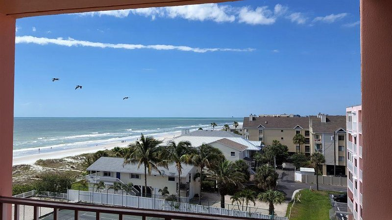 Spacious all tile condo with king sized new bedroom set, vacation rental in Indian Rocks Beach