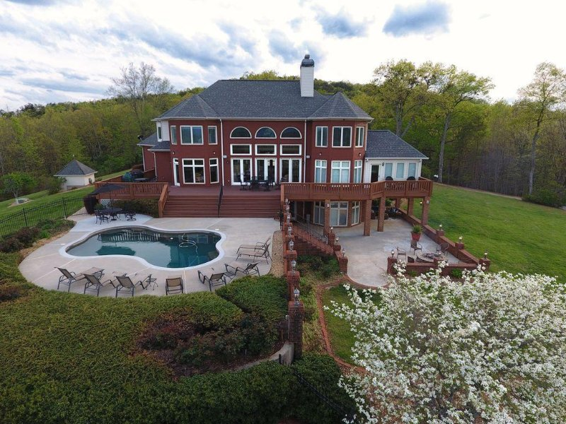 Luxurious Mountain Top Home with Pool Overlooking Breathtaking Panoramic Views!, vacation rental in Dahlonega