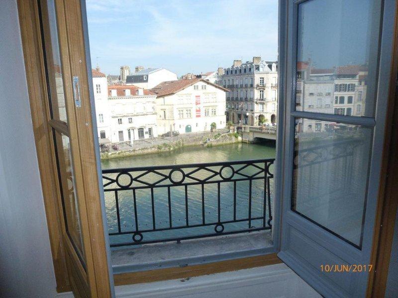 T1 bis, vue Nive ,Coeur de ville, idéal pour couple/petite famille, tout à pied!, vacation rental in Bayonne