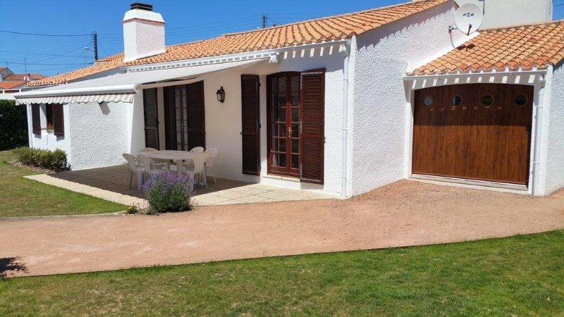 House for 6-8 people, verdant scenery, 200 m from the sea. Garden. Quiet., location de vacances à Les Sables d'Olonne