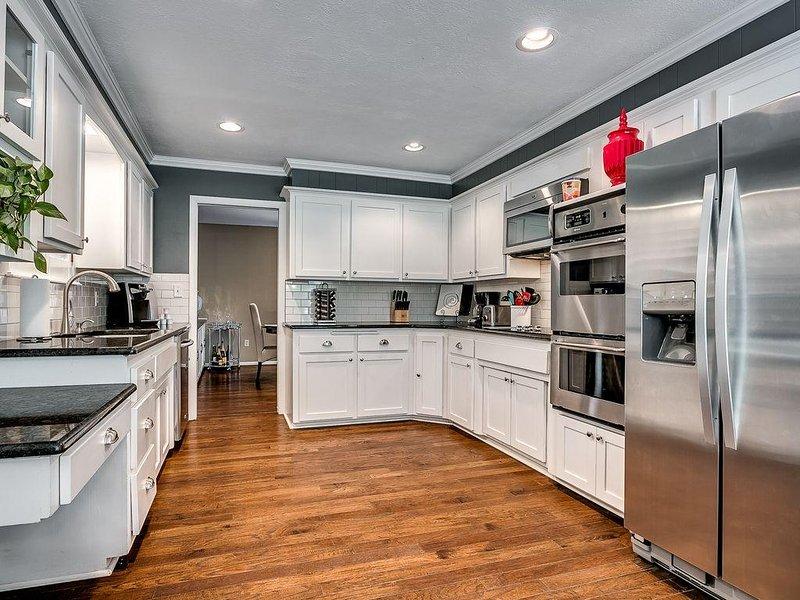 Contemporary & Spacious 5 Bed / 3 Full Bath Family Home In NW OKC- Quail Creek, aluguéis de temporada em Oklahoma City
