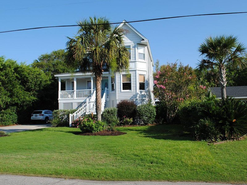 Family Home w/ Private Pool & A two min. walk to the Beach. Lots of extras, holiday rental in Isle of Palms