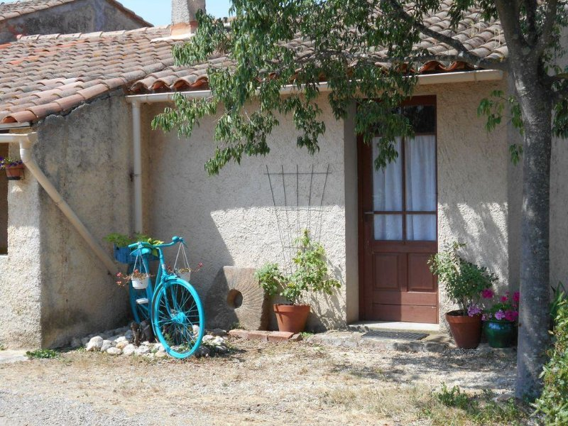 Get away from it all in this peaceful rural location - close to lively village, holiday rental in Argeliers