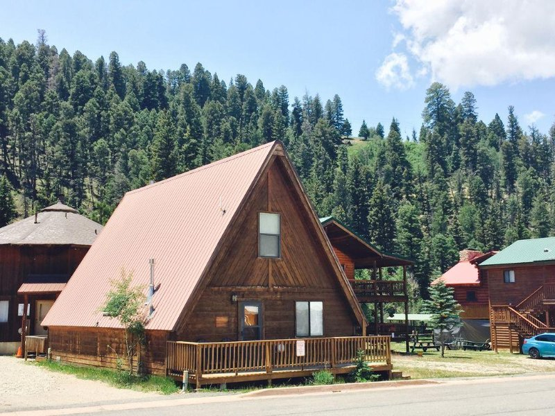Center of Town A-Frame Stones-throw from River and Copper Chair Ski Lift, holiday rental in Red River