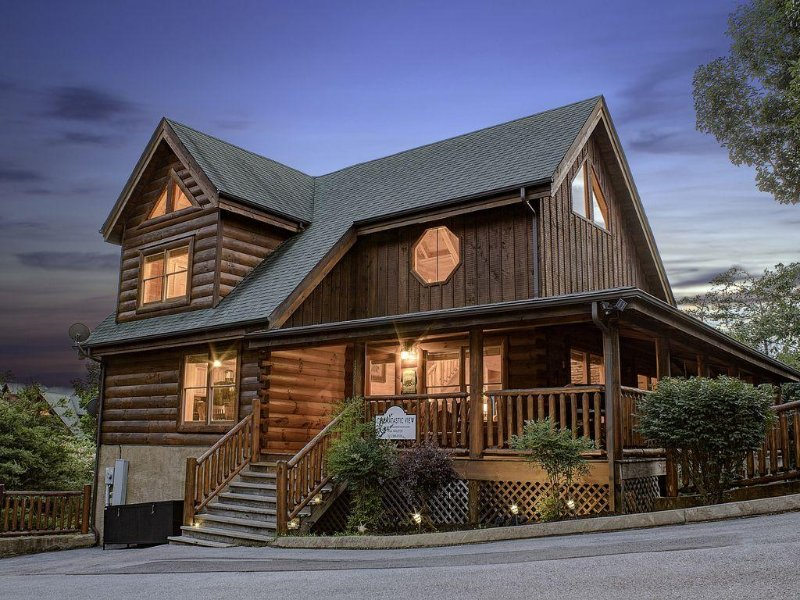 Detail Oriented? We are your Cabin! Outstanding Amenities, Will NOT Disappoint!, casa vacanza a Sevierville