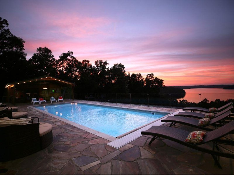 Luxury Lake View Lodge Sleeps 30, Set On 11 Acres With Heated Swimming Pool., aluguéis de temporada em Salesville