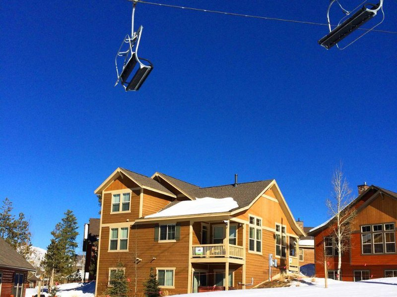 Direct Ski-in Ski-Out, Private Hot Tub, Ski Hill View, Resort Pool, alquiler de vacaciones en Granby