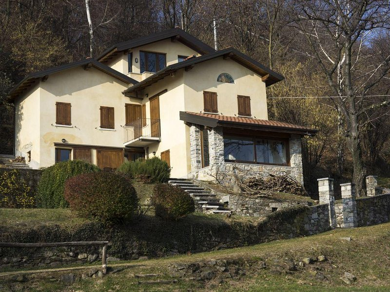 a quiet country house with a great view of Lake Maggiore, holiday rental in Magognino